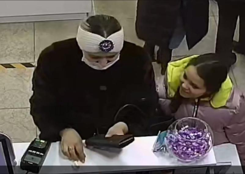 «Очень агрессивные». В торговых центрах Смоленска снова заметили мошенницу с ребенком