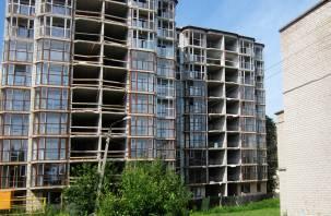 В многоквартирном доме Смоленска установили опасное для жизни витражное остекление