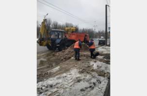 Уборка снега в Смоленске продолжается
