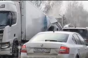Товар разбросан. Видео с места серьезной аварии на М-1