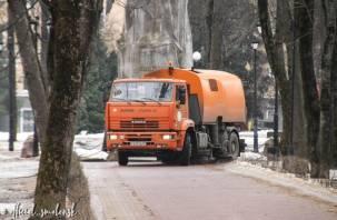 В Смоленске продолжают борьбу с пылью на улицах