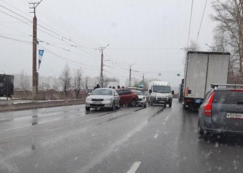 В Смоленске ДТП на Краснинском шоссе перекрыло дорогу