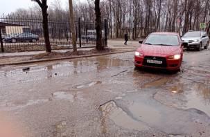 Состояние перекрестка в центре Смоленска напоминает дороги послевоенного города