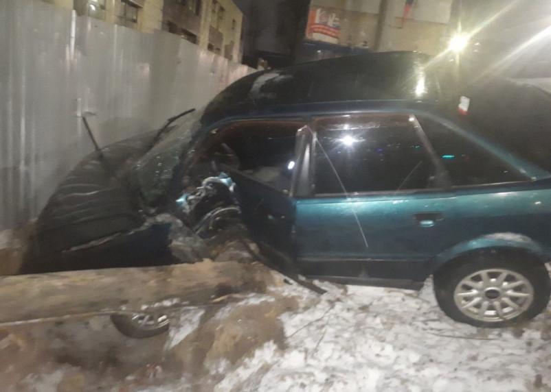 В Смоленске иномарку «сложило» после столкновения с деревом на Шевченко