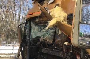 Водитель лесовоза пострадал в жесткой аварии в Смоленской области