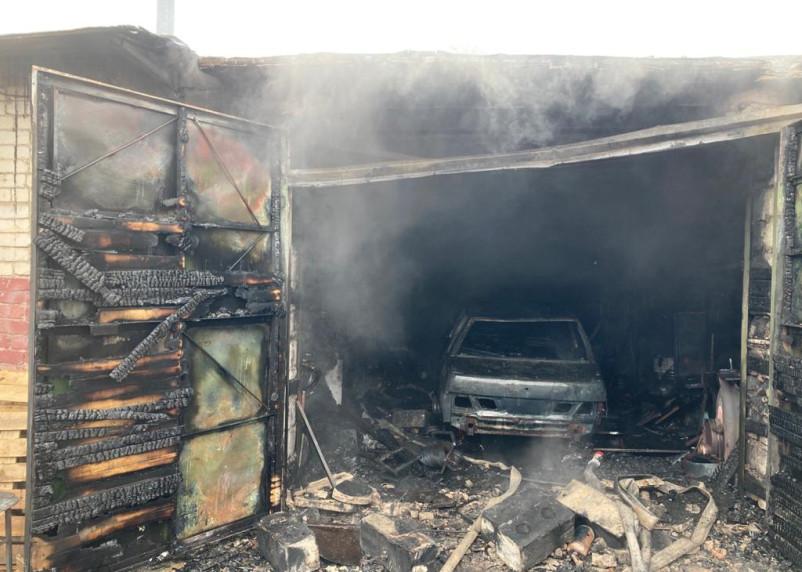 Машину не спасли. В Сафонове произошел серьезный пожар в гараже