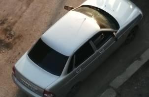 В Смоленске во дворе дома обстреляли машину