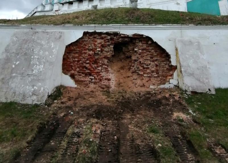 В Смоленске обрушилась подпорная стена Свято-Успенского собора. Епархия прокомментировала ситуацию