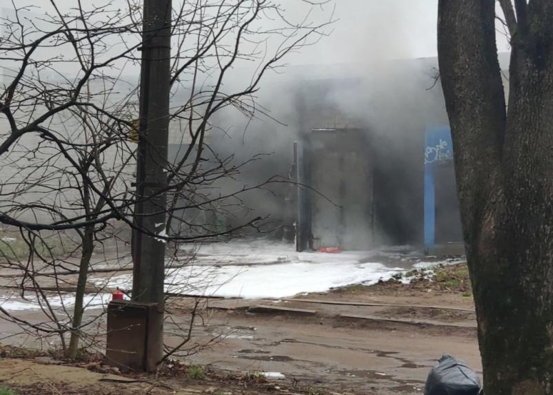 На Нахимова на платной стоянке в гаражах вспыхнул пожар