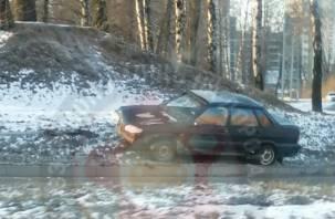 Легковушка снесла столб около Соловьиной рощи в Смоленске