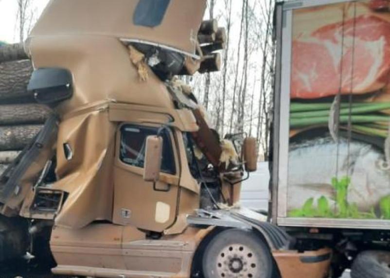 В Вяземском районе в ДТП с двумя фурами пострадал водитель