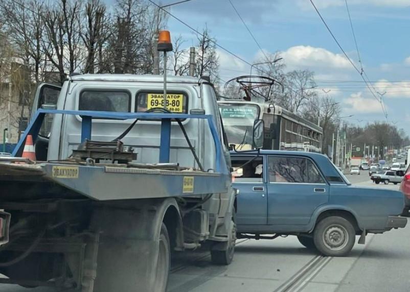 В Смоленске на трамвайных путях столкнулись эвакуатор и «Жигули»