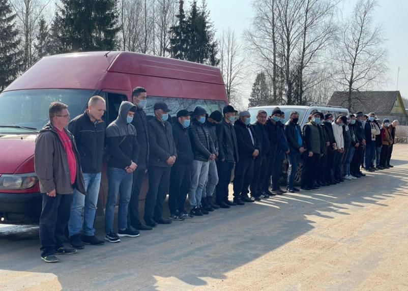 Сотрудники Пограничного управления ФСБ задержали три автобуса с 29 иностранцами
