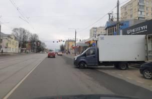 В Смоленске автофургон торговой сети устраивает парковку поперек дороги