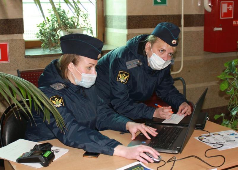 Судебные приставы проконсультировали пассажиров в Смоленске по вопросам долгов