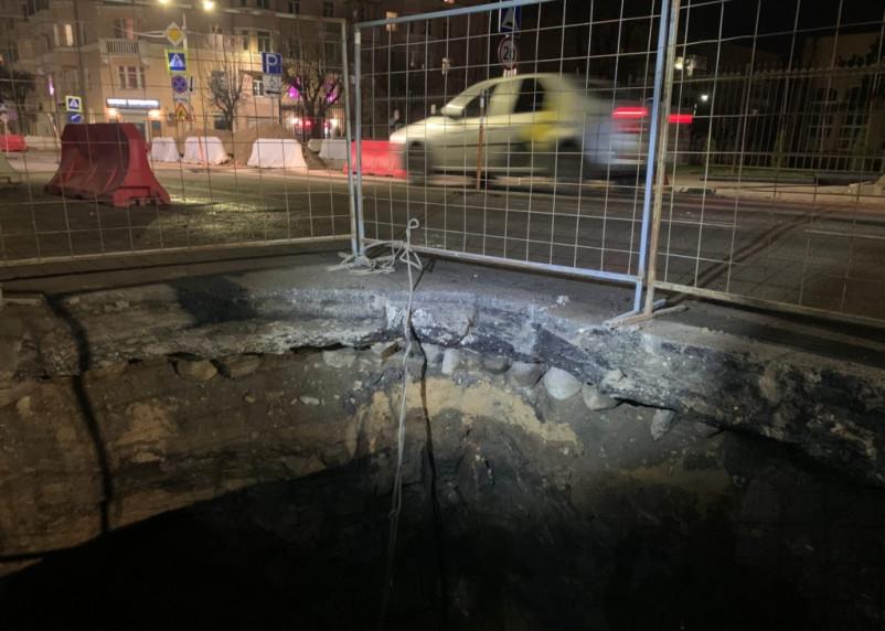 В центре Смоленска при ремонте дороги обнаружили булыжную мостовую