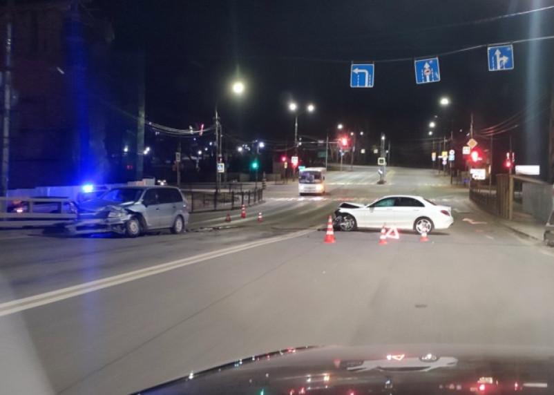 В Смоленске на мосту жестко столкнулись две иномарки