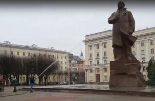С памятника Ленину в Смоленске решили снять пыль