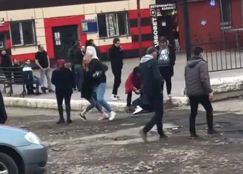 Драку молодежи у клуба в Смоленске сняли на видео
