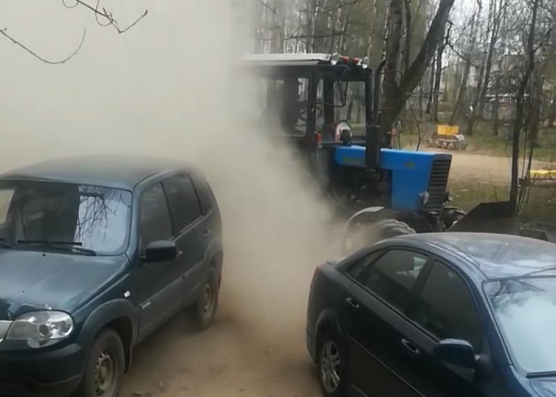 Жители Смоленска получили «пыльный душ» после уборки трактора во дворе