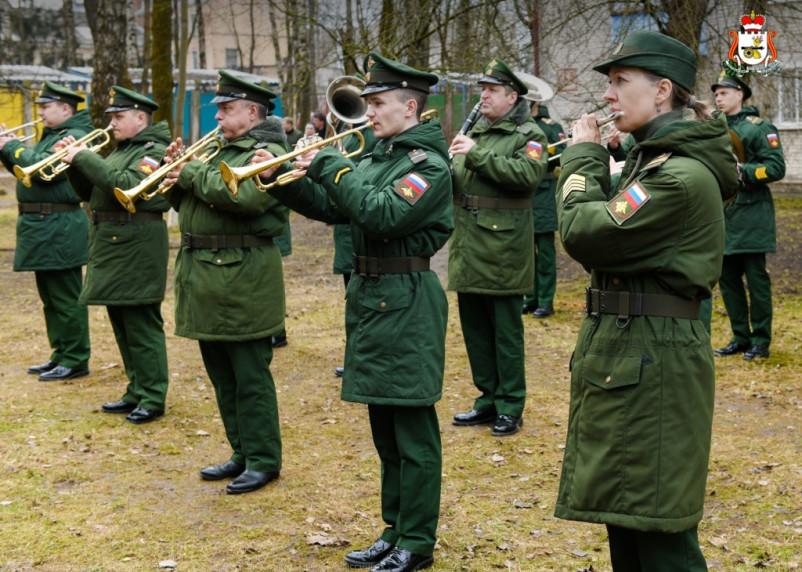 В Смоленске провели военный парад для одного ветерана