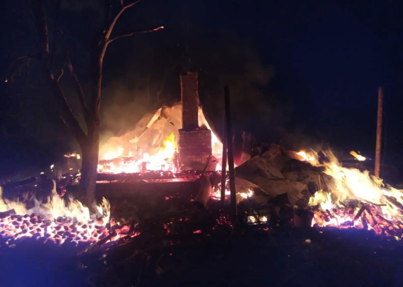 Яркое пламя и клубы дыма. В Ярцеве произошел пожар в садовом товариществе