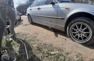 Пробиты колеса, сработала подушка: поездка по смоленской дороге закончилась инцидентом