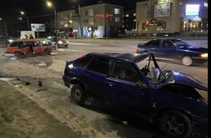 В Смоленске на Медгородке серьезная авария. Водителя зажало в разбитом авто