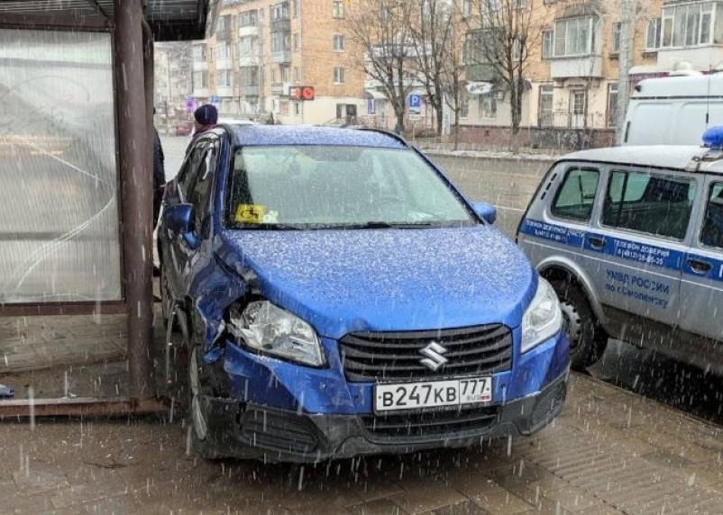 В Смоленске иномарка врезалась в остановку общественного транспорта