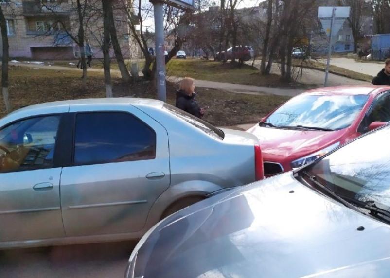 В центре Смоленска в час пик столкнулись иномарки
