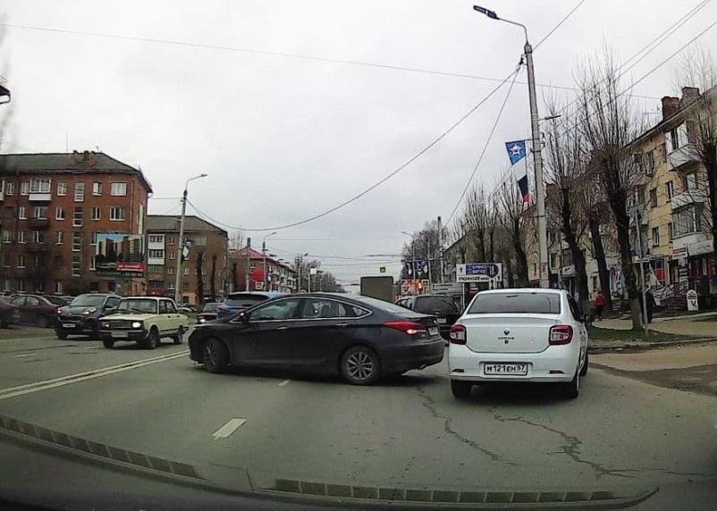 ДТП на улице Николаева в Смоленске затрудняет движение