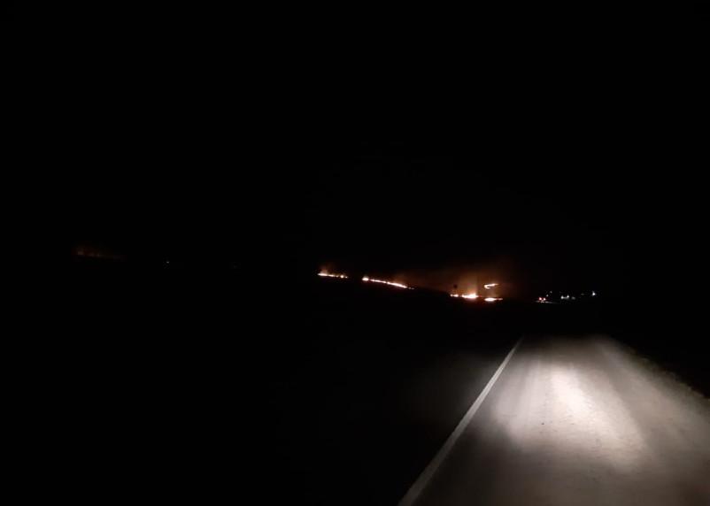 Огонь от горящей травы вплотную подобрался к домам под Смоленском