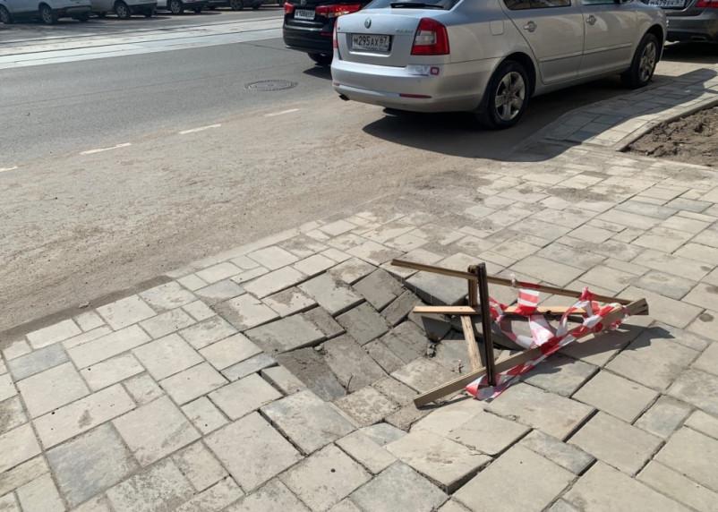 В Смоленске на улице Николаева провалилась брусчатка