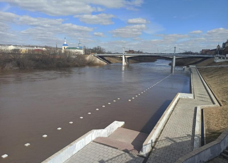 Уровень воды Днепра поднимается. Смоленская набережная продолжает погружаться под воду
