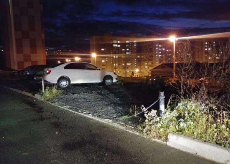 От смолян требуют снести столбики и цепи нелегальной парковки