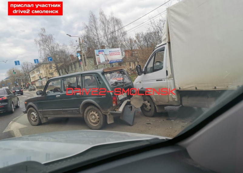 «Нива» и Газель схлестнулись в Смоленске. Из-за аварии собралась пробка