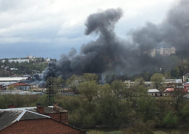 Площадь пожара бывшего здания мясокомбината в Смоленске достигла 1000 «квадратов»