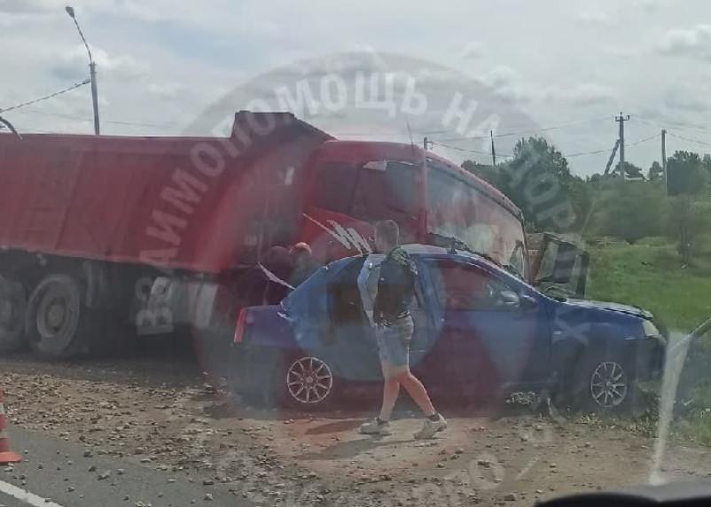 Под Смоленском жестко схлестнулись самосвал и Renault Logan