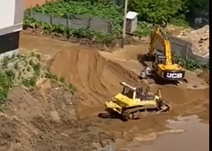 Смоленский застройщик повредил водопровод и «осушил» десятиэтажку