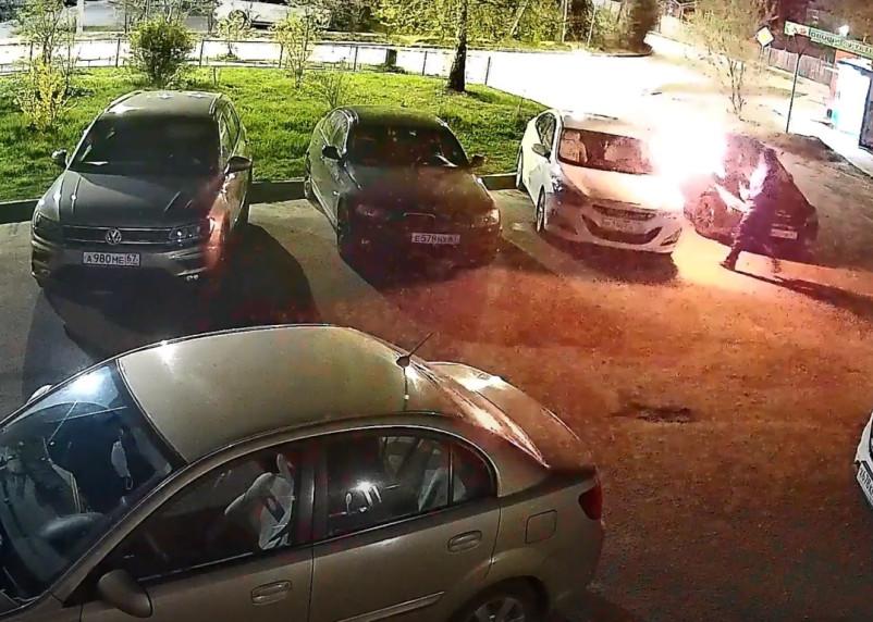 Поджог автомобиля в Смоленске попал на видео