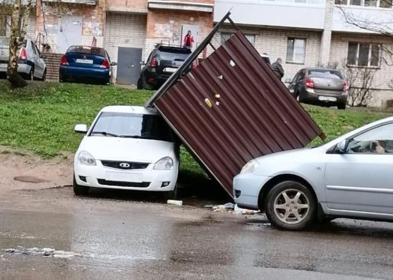 В Смоленске «Ладу» прижало мусорными баками