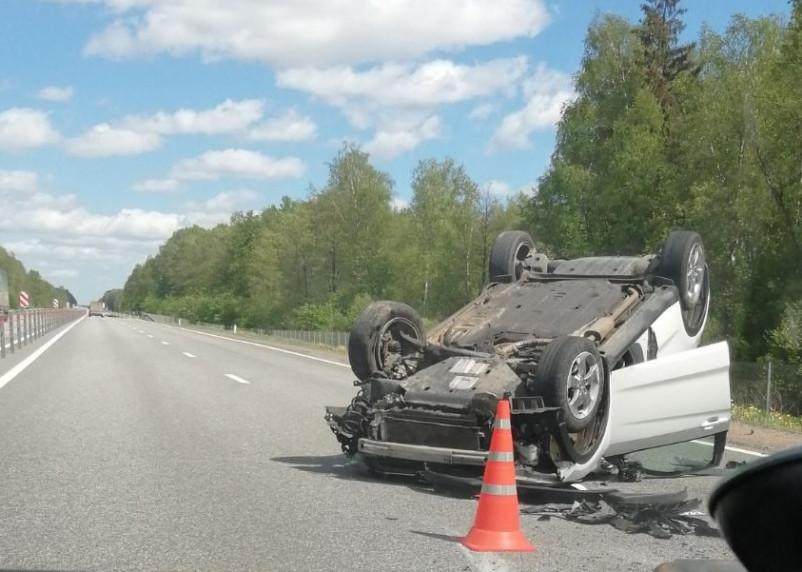 В Смоленской области на дороге опрокинулся автомобиль