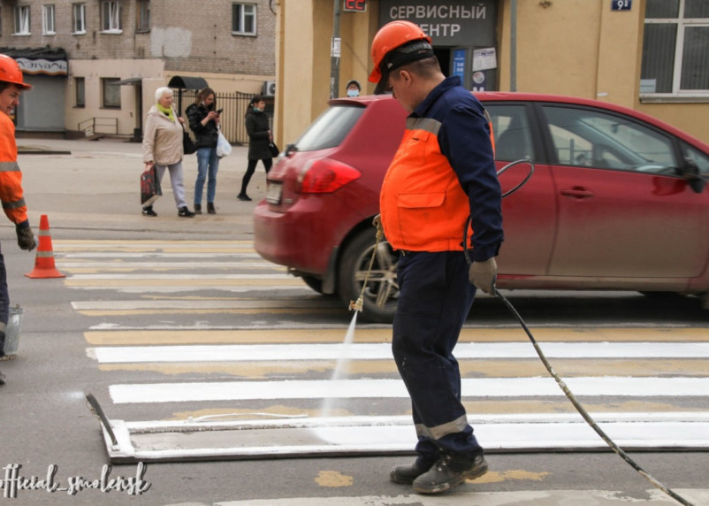 В Смоленске проводят работы по нанесению разметки на улицах