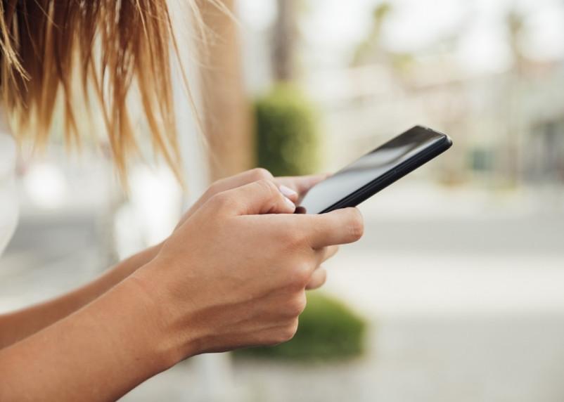 Смолянин украл мобильный телефон из павильона на строительном рынке