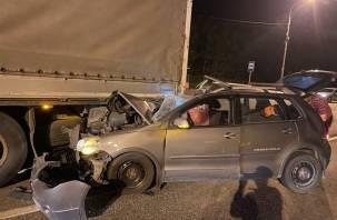 На федеральной трассе М1 жестко столкнулись фура и легковушка