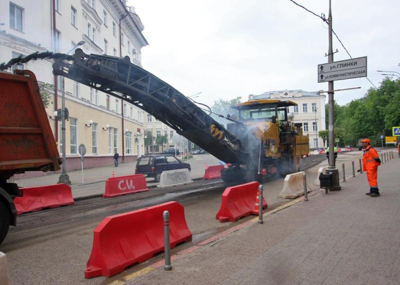 Улицу Коненкова «очищают» фрезой от старого слоя асфальта