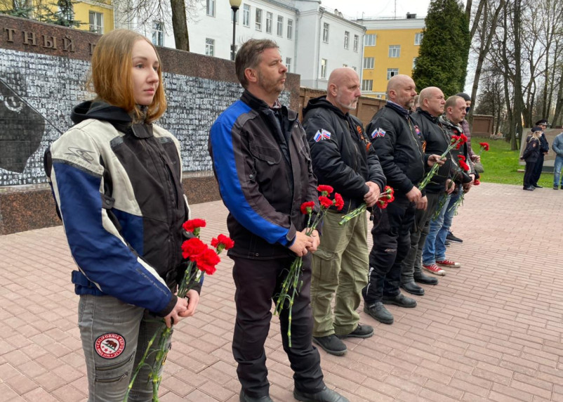 Байкеры из Словакии возложили цветы у Вечного огня в Смоленске