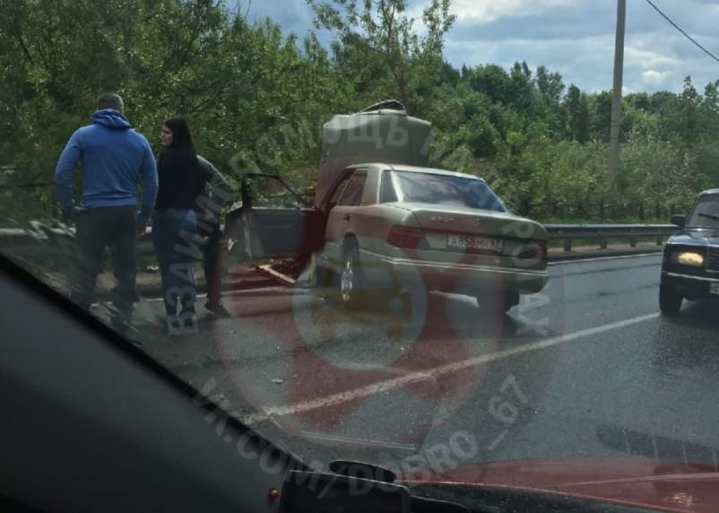 В Смоленске легковой автомобиль столкнулся с мусоровозом