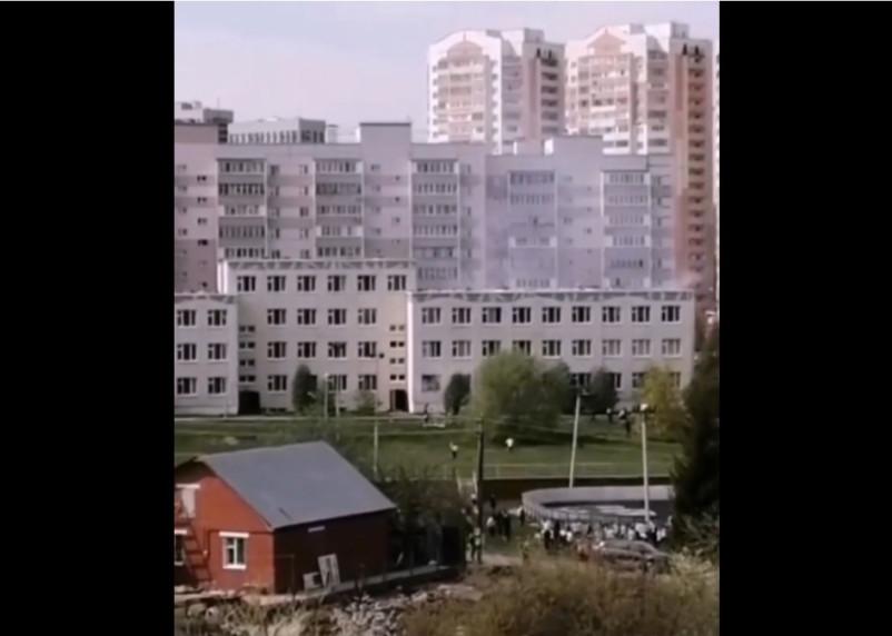 9 детей и двое взрослых погибли, 16 человек госпитализировали после стрельбы в школе Казани