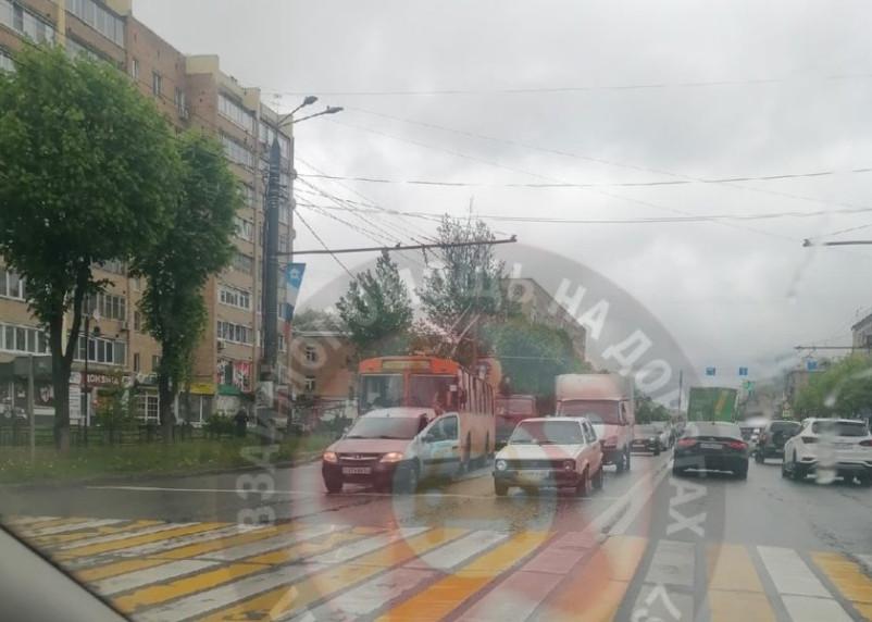 В Смоленске троллейбус протаранил Ларгуса